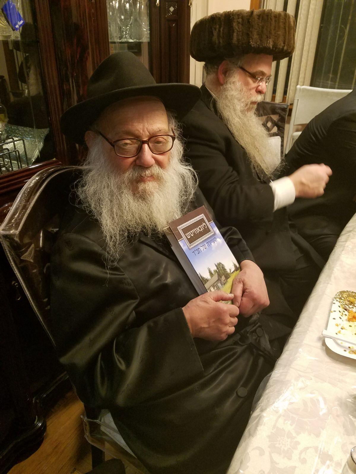 הרב לייבל גרונר, מזכירו של הרבי, מציג את הספר