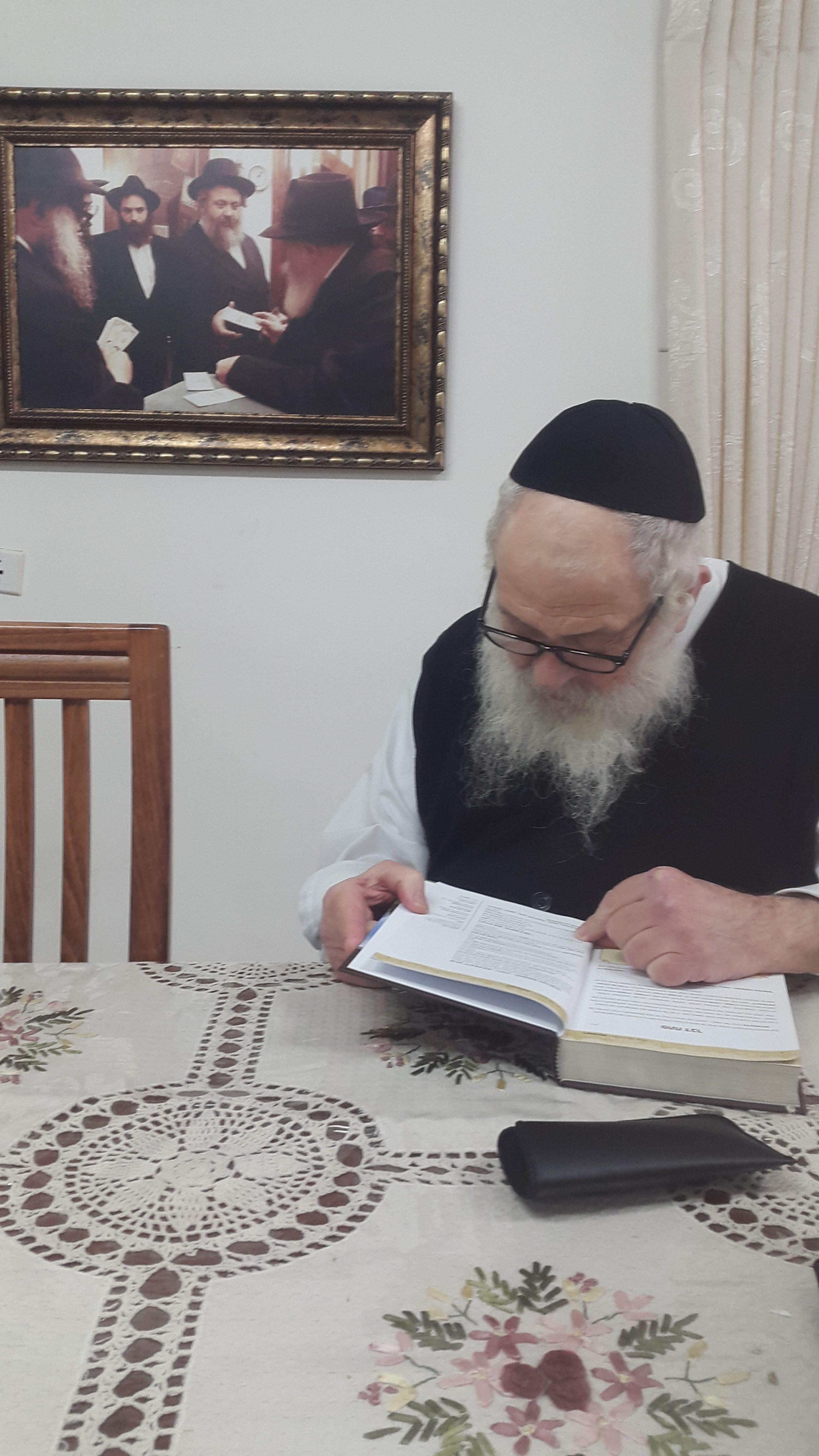 הרב ירוסלבסקי מעיין בספר