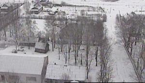 """החצר בליובאוויטש - עבר הדרומי-מערבי (תצלום אויר - חורף תשנ""""ב 1992). בפינה הימנית למטה היה בית כ""""ק אדמו""""ר מוהריי""""צ נ""""ע. הרחוב הנראה הוא """"די אלטע גאס"""" שמאחורי הבית."""