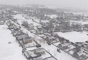 """העיירה ליובאוויטש (תצלום אויר - חורף תשנ""""ב 1992). לשמאל נראה רחוב טאמסקע (במערב העיירה). הבית הרביעי - בית חב""""ד נראים כמה יוצאים ממנו - בדרך לאהל. במרכז למעלה נראים העצים שליד רחבת השוק. מאחוריה - חצר רבותינו."""