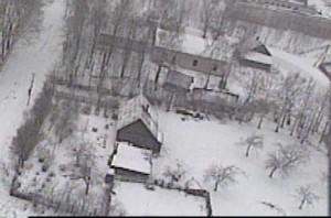 """עבר המזרחי של החצר, שבו נבנה ה""""בית חומה"""" (תצלום אויר - חורף תשנ""""ב 1992). למעלה נראה החלק המערבי של החצר שבו האולם הגדול והקטן ודירות רבותינו. לצד שמאל - רחוב שייער (די קאלטע גאס)."""
